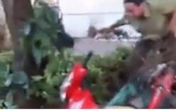 Xe máy chở hoa bị đổ ở trụ sở công an, nam thanh niên tố công an xã làm hỏng tài sản
