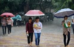 Đội mưa đưa con đi thi vào lớp 10: Lòng cha mẹ kể sao cho xiết