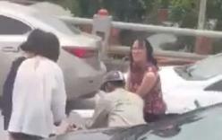 Ba cô gái phối hợp với một người đàn ông tháo luôn rào chắn cầu Thanh Trì để đi cho đỡ tắc