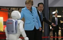 """Thủ tướng Angela Merkel nói với robot: """"Chúng ta rất buồn khi Đức bị loại khỏi World Cup"""""""