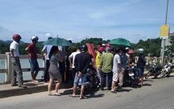 Nam thanh niên mang quan tài lên cầu nằm giữa trời nắng nóng