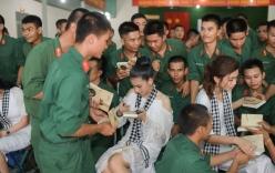 Dàn người đẹp Hoa hậu xúc động khi tặng sách các chiến sĩ Tây Ninh