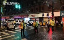Bảng hiệu đột ngột rơi xuống đè tử vong 3 người đi đường
