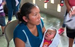 Bé 7 tháng tuổi bất ngờ mở mắt trong vòng tay mẹ vào tang lễ của mình