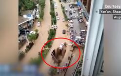 Người dân ra sức cứu chiếc ô tô khỏi hố tử thần giữa đường sau cơn bão