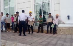 Công nhân tập trung trước khách sạn