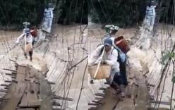 Người dân Lâm Đồng liều mình bám cầu treo lắc lư vượt lũ dữ