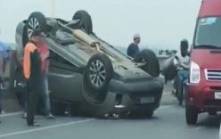 Nữ tài xế thoát chết hy hữu trong ô tô lật ngửa trên cầu Vĩnh Tuy