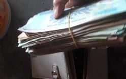 Thấy chiếc túi khách bỏ quên, chủ quán bánh mướt giật mình phát hiện có cục tiền lớn bên trong