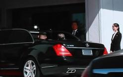 Sau cái ôm nồng ấm, ông Kim và ông Moon cùng ngồi chung xe mui trần về nhà khách chính phủ
