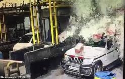 Trạm thu phí ngập trong bia sau cú đâm kinh hoàng của xe tải
