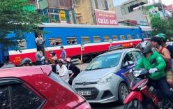 Tai nạn tàu hỏa với xe máy khiến nhiều phố Hà Nội tắc kéo dài