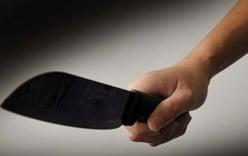 Nhắn tin hẹn ra ngoài, gã chồng dùng dao đâm chết vợ trước mặt con