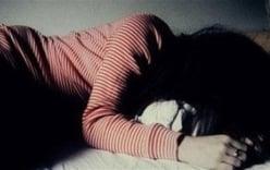 Sợ bị đánh, người mẹ không dám tố cáo gã chồng hờ nhiều lần hiếp dâm con gái riêng