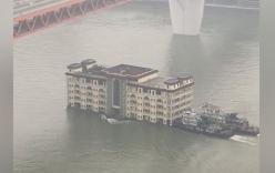 Cảnh tượng kinh ngạc: Nhà hàng 5 tầng trôi lững lờ trên sông