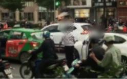Lái xe Mazda và tài xế taxi dừng xe giữa đường đánh nhau sau va chạm giao thông