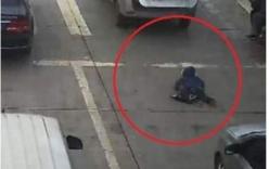 Rúng động mẹ ném con gái 2 tháng tuổi ra khỏi ô tô đang chạy rồi tự sát