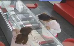 Chỉ với mẹo nhỏ này, nữ quái trộm Iphone X trước mặt nhân viên