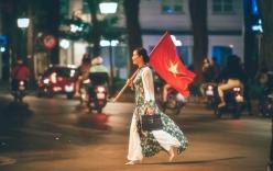 Câu chuyện đầy cảm xúc phía sau hình ảnh NSƯT Chiều Xuân diện áo dài, vác cờ