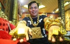 Người đàn ông đeo 13 kg vàng cổ vũ tuyển Việt Nam từng bị cướp kéo lê giữa đường