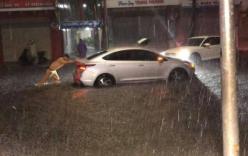 Chiến sỹ CSGT oằn mình phụ đẩy xe cho người dân giữa trời mưa gió được dân mạng khen hết lời