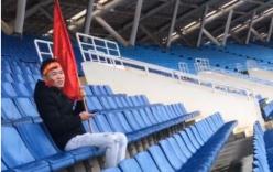 Thanh niên nhầm lịch, một mình đội mưa đến sân Mỹ Đình cổ vũ bóng đá trận lượt đi Malaysia và Việt Nam