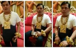 Báo quốc tế choáng trước hình ảnh đại gia đeo 13kg vàng đi cổ vũ bóng đá