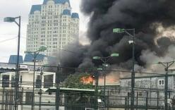 Đang cháy lớn tại xưởng sửa chữa ô tô cạnh trụ sở VFF