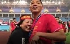 Xúc động khoảnh khắc Anh Đức ngơ ngác tìm mẹ trên SVĐ Mỹ Đình sau chiến thắng