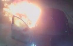 Tưới xăng đốt xe taxi cho vui, hai thanh niên say rượu lãnh 6 năm tù