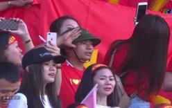 Đội mũ cối hát Quốc ca trận Việt Nam - Iraq, người đàn ông gây bão MXH