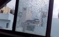 Hàng loạt cửa kính nhà dân bị vỡ và lý do phía sau khiến ai cũng bức xúc