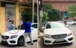 Cụ bà vác búa đập nát xe Mercedes đỗ trước cửa nhà