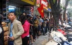 Người Hà Nội xếp hàng cả tiếng chờ mua bánh chưng, giò chả tại cửa hàng có tiếng chiều 29 Tết