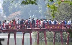Nắng đẹp sáng mồng 1, hàng vạn người dân đổ lên Hồ Gươm khiến đâu đâu cũng đông đúc