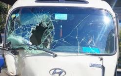 Xe khách mất phanh đâm bẹp Innova đỗ ven đường, 27 hành khách thoát chết