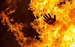 Xin tiền mua thuốc không được, chồng hắt xăng vào vợ rồi châm lửa thiêu sống
