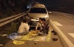 Lại xuất hiện hình ảnh nhóm người trải chiếu ngồi ăn trên cao tốc Nội Bài - Lào Cai