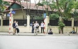 Nhiều phóng viên quốc tế túc trực bên ngoài sứ quán Triều Tiên