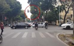 Nhóm thanh niên phát tờ rơi như xả rác giữa trung tâm Hà Nội gây bức xúc