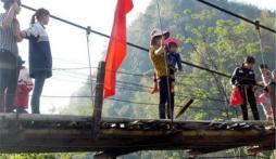 Vụ sập cầu ở Lai Châu: 'Thà lội suối cạn còn hơn đi trên cầu treo cũ'