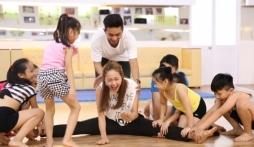 Bước nhảy hoàn vũ nhí: Minh Hằng, Thủy Tiên mướt mồ hôi tập nhảy cho học trò