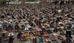 Pháp lặng lẽ biểu tình giày dép sau khủng bố Paris