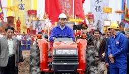Chủ tịch nước sử dụng máy cày thay trâu ở lễ hội Tịch Điền