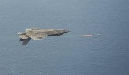 Choáng váng xem siêu tiêm kích F-35 Mỹ phóng tên lửa ở thế lộn ngược