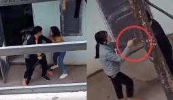 2 mẹ con phá cửa nhà trọ để bắt ghen, ông bố sững sờ trước thái độ rất gắt cô con gái