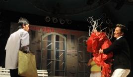 Hoài Linh bất ngờ được Mr.Đàm Tặng hoa khi đang diễn