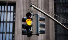 Phải làm gì khi tham gia giao thông gặp đèn vàng?