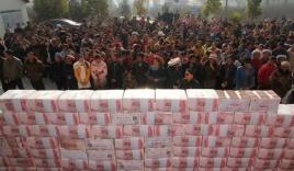Tiền thưởng Tết được người dân Trung Quốc dựng bức tường dài 2m