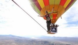 Hãi hùng chàng trai đi trên dây nối 2 khinh khí cầu đang bay ở độ cao 1.200m